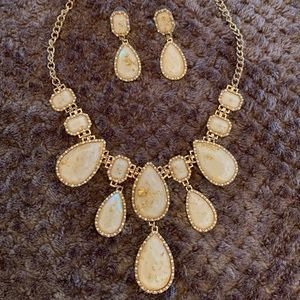 Jewelry - Cream & gold necklace & earring set.